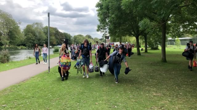 vídeos de stock, filmes e b-roll de music fans arrive for the start of reading festival 2019. foo fighters, royal blood and the 1975 form part of the line-up at this year's event, with... - carling weekend reading festival