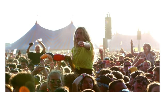vídeos de stock, filmes e b-roll de music fans soak up the atmosphere at the main stage during day two of reading festival 2019 at richfield avenue on august 23, 2019 in reading,... - carling weekend reading festival