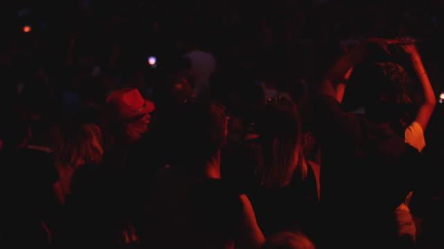 vidéos et rushes de music festival crowd, dancing & cheering people at concert - sortir en boîte de nuit
