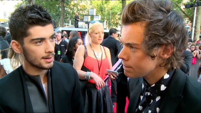 one direction 'this is us' premiere: arrivals and interviews; harry styles and zayn malik sot / more gvs one direction conducting interviews / - ゼイン・マリク点の映像素材/bロール