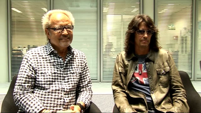 vidéos et rushes de foreigner interview; mick jones and kelly hansen interview sot - on children coming to their gigs and knowing the words to the songs / the recent... - rock moderne