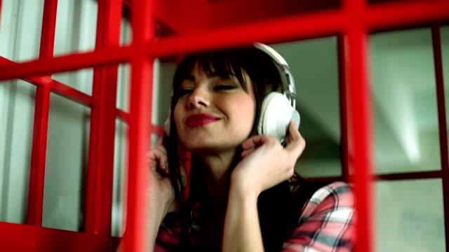 stockvideo's en b-roll-footage met music in the telephone booth - telefooncel