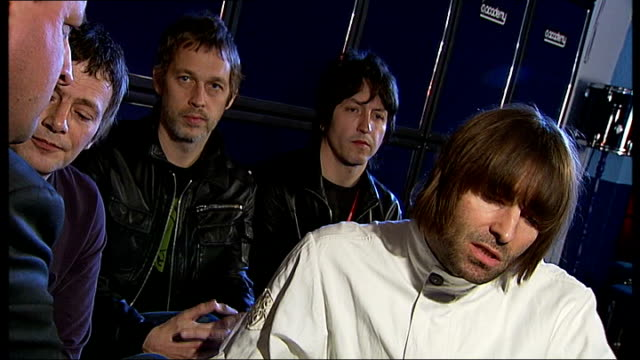 stockvideo's en b-roll-footage met interview liam gallagher's band beady eye england london brixton o2 academy members of beady eye band signing japanese flag liam gallagher interview... - popmuziek tournee