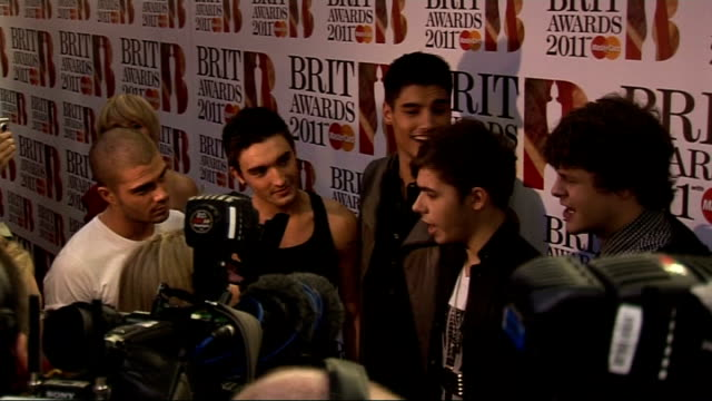 interviews at 31st brit awards nominations england london greenwich o2 centre throughout*** crowds at venue various of the wanted being interviewed... - ブリット・アワード点の映像素材/bロール