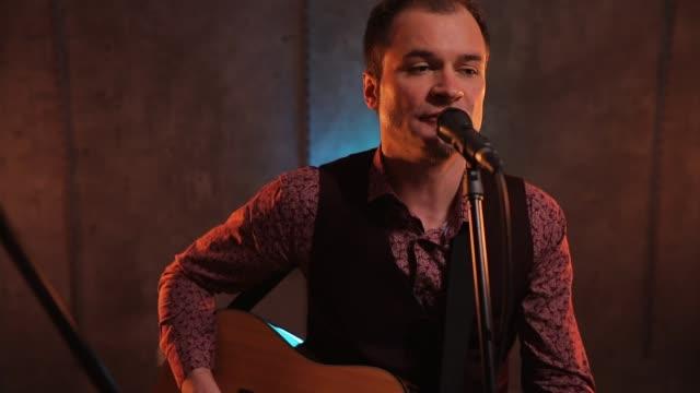 musik ist seine größte leidenschaft - akkord stock-videos und b-roll-filmmaterial