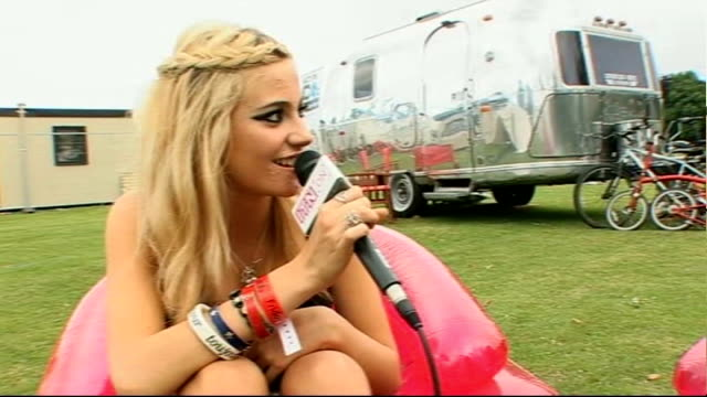 vidéos et rushes de isle of wight festival: interviews; ext festival-goers wearing funny sunglasses ** music overlaid sot ** pixie lott interview sot - her first time at... - pixie lott