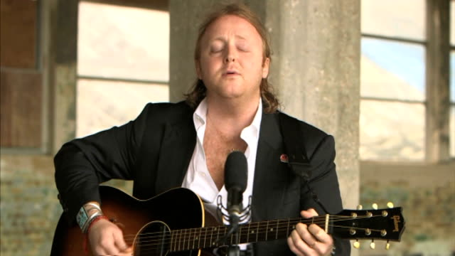 vídeos de stock, filmes e b-roll de james mccartney releases first album **music heard sot** james mccartney playing guitar and singing 'angel' mccartney interview sot - título de álbum