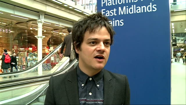 jamie cullum performs live at king's cross st pancras station; jamie cullum interview sot - live music is important / attention spans are stretched /... - jamie cullum stock videos & royalty-free footage
