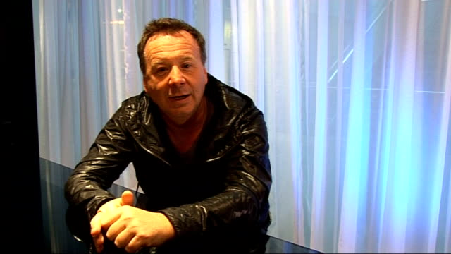 vidéos et rushes de jim kerr interview jim kerr interview sot simple minds more of a rock band / on bands they worked with u2 depech mode the cure the smiths on u2's... - rock moderne
