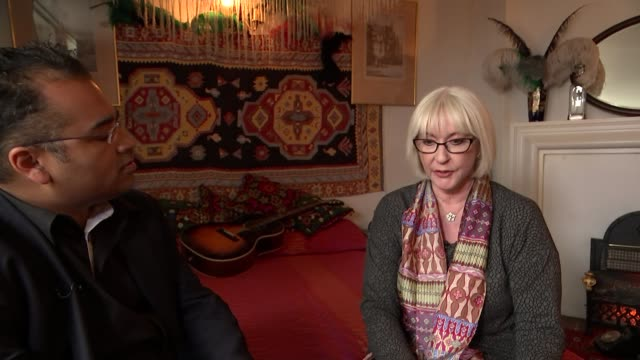 vídeos y material grabado en eventos de stock de jimi hendrix former home turned into museum kathy etchingham interview on him as a musician sot he was very modest / in an interview he said the... - jimi hendrix