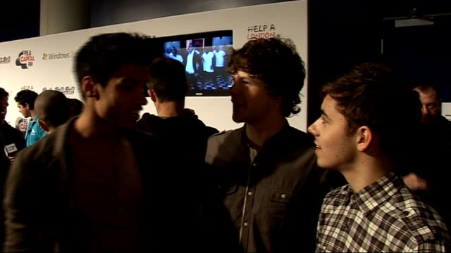 vídeos de stock, filmes e b-roll de jingle bell ball at 02 arena backstage interviews siva kaneswaran jay mcguiness and nathan sykes interview sot on who would try it on with fergie /... - trepadeira