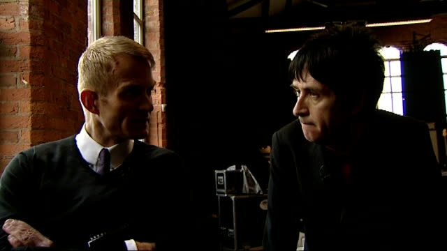 johnny marr to release solo album england manchester int johnny marr interview with reporter in shot sot - ジョニー マー点の映像素材/bロール