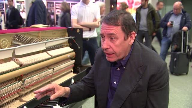 vídeos y material grabado en eventos de stock de jools holland at st pancras station jools holland interview sot on his piano record / on other locations where he will record / itn reporter sitting... - jools holland