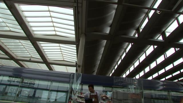 vidéos et rushes de jools holland at st pancras station; kiosk at station - jools holland
