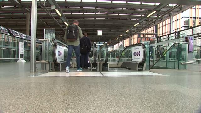 vidéos et rushes de jools holland at st pancras station; more of passengers down escalator at st pancras international - jools holland