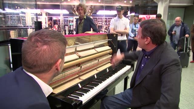 vidéos et rushes de jools holland records a record at st pancras station; jools holland interview sot cutaway reporter - jools holland