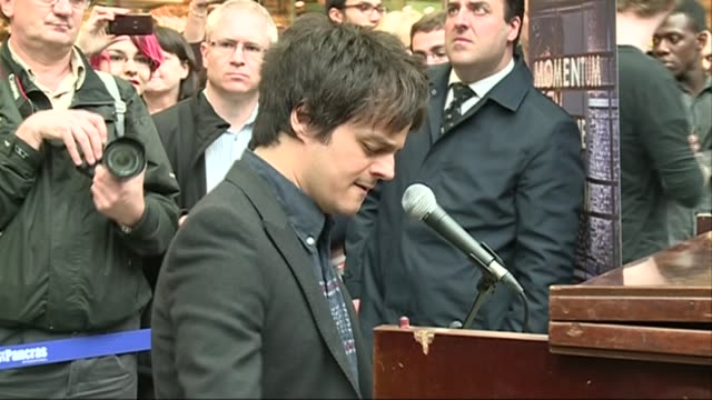 jools holland records a record at st pancras station; t21051311 / tx jamie cullum performing at station sot and commuters taking photographs - jamie cullum stock videos & royalty-free footage