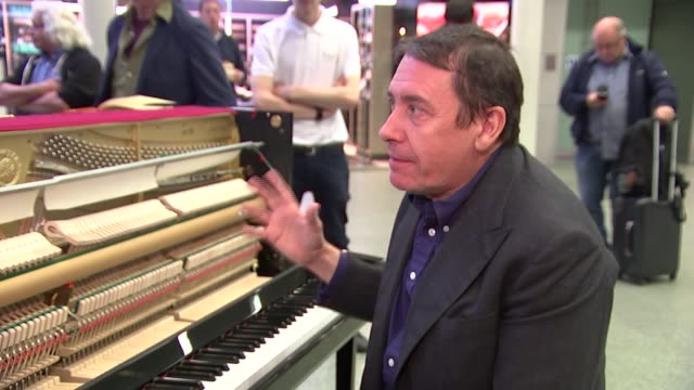 vidéos et rushes de jools holland records a record at st pancras station; various shots holland playing piano jools holland interview sot [music in background]... - jools holland