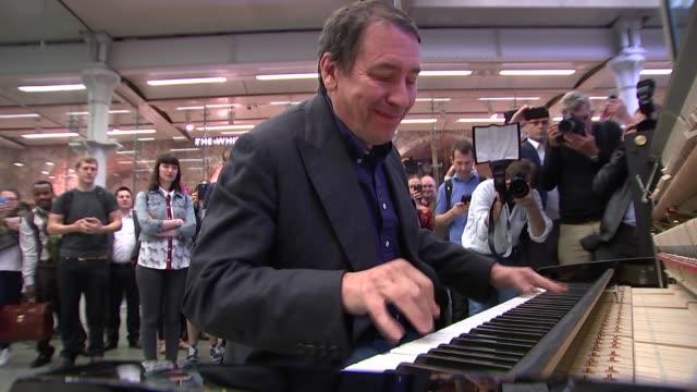vidéos et rushes de jools holland records a record at st pancras station; various shots jools holland playing piano - jools holland