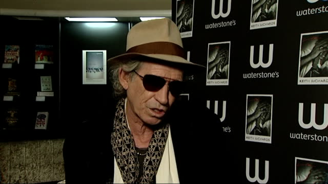 vidéos et rushes de keith richards interview and book signing england london ext keith richards interview at waterstone's bookshop for launch of his autobiography 'life'... - autobiographie