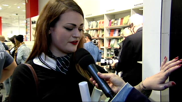 morrissey's autobiography published; sweden: gothenburg: fans queuing up at morrissey book signing vox pop england: london: reporter to camera leaves... - biografia video stock e b–roll