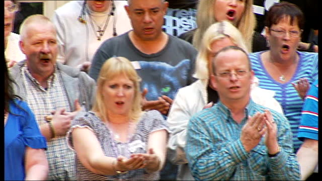 stockvideo's en b-roll-footage met london 2012 festival homeless choir to perform at royal opera house beatriz pinto interview sot streetwise choir rehearing song ahead of performance... - zanger vogel