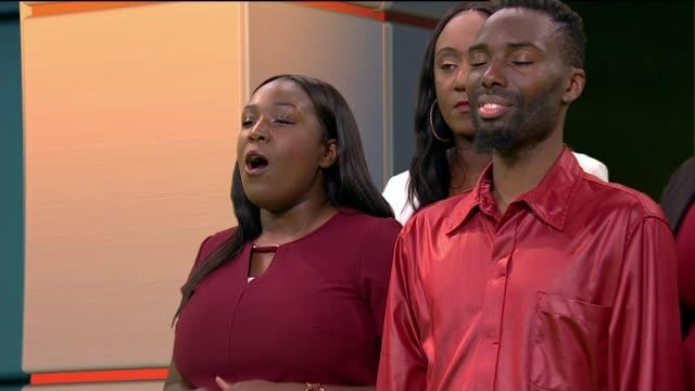 london community gospel choir; england: london: gir: int london community gospel choir perform christmas carols, 'silent night' and 'joy to the... - ロンドン コミュニティ ゴスペル クワイア点の映像素材/bロール