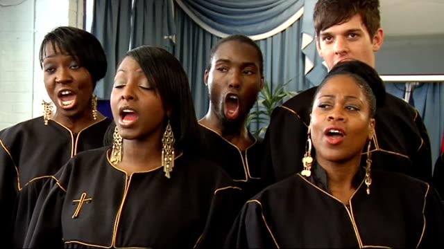london community gospel choir performing; london community gospel choir singing song 'abide with me' sot - ロンドン コミュニティ ゴスペル クワイア点の映像素材/bロール