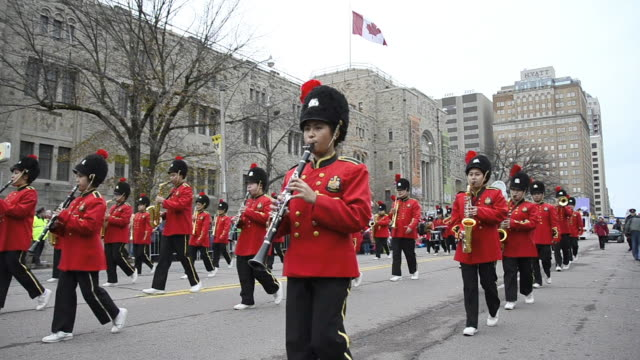 vídeos de stock, filmes e b-roll de music marching band and the canadian flag waving in the royal ontario museum the event is a tradition held in the canadian city for more than a... - cultura canadense