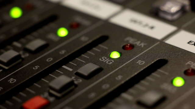 vídeos de stock, filmes e b-roll de misturador de música escrivaninha em estúdio de gravação loop - foto de estúdio