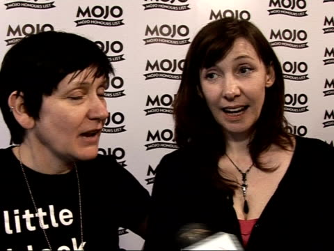 mojo awards 2008 ceremony: celebrity photocalls and interviews; kevin shields and colm o ciosoig speaking to reporters , bilinda butcher and debbie... - 評論家点の映像素材/bロール