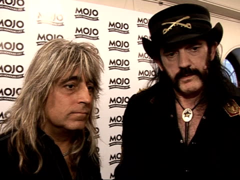 vídeos de stock, filmes e b-roll de mojo awards 2008 ceremony celebrity photocalls and interviews lemmy and mikkey dee interview sot on winning mojo hero award / recording new album in... - título de álbum