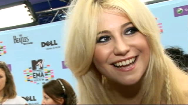 vidéos et rushes de europe music awards 2009 in berlin: arrivals; general views pixie lott speaking to press on red carpet and interview sot - happy to be here, rumours... - pixie lott