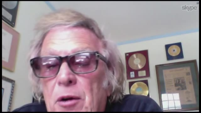 notes and original lyric sheet to american pie auctioned reporter conducting interview with don mclean via skype don mclean interview via skype sot... - itvイブニングニュース点の映像素材/bロール