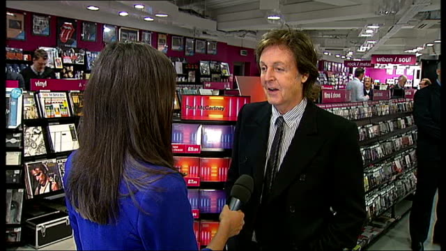 vídeos de stock, filmes e b-roll de paul mccartney releases new album mccartney interview sot reporter interviewing mccartney - título de álbum