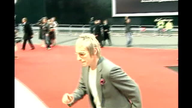 paul weller performs new album at the camden roundhouse t15020658 england london earls court ext weller arriving at the brit awards ceremony - アルバムのタイトル点の映像素材/bロール