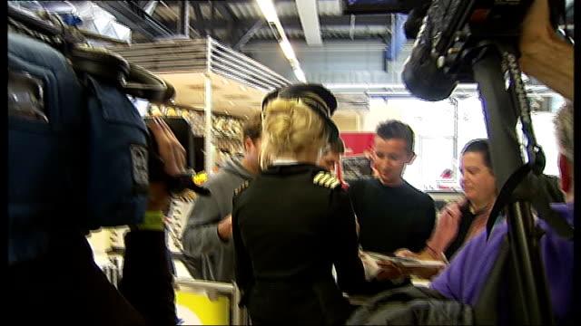 vidéos et rushes de pixie lott debut album launch: interview and performance; germany: berlin: **beware flash photography** pixie lott signing autographs for fans ext... - pixie lott