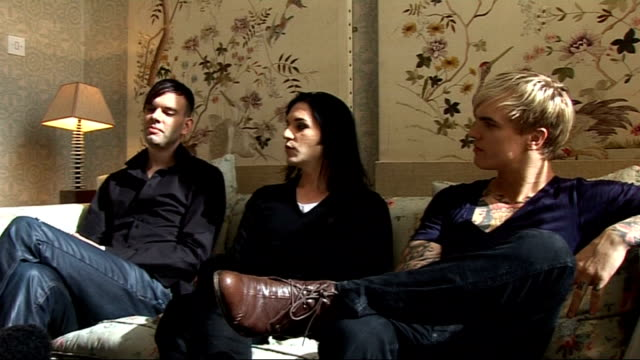 vídeos y material grabado en eventos de stock de placebo interview placebo interview sot on the track 'kitty litter' and the story behind that it was actually written 14 years ago / on how they had... - natalie portman