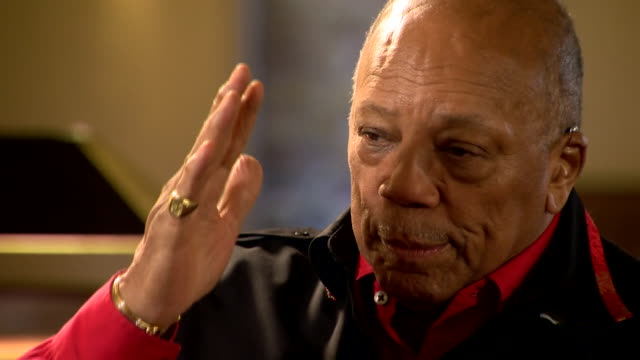 vídeos y material grabado en eventos de stock de music producer quincy jones saying that up and coming musicians today are only interested in money and fame and don't want to put in the work - los bbc proms
