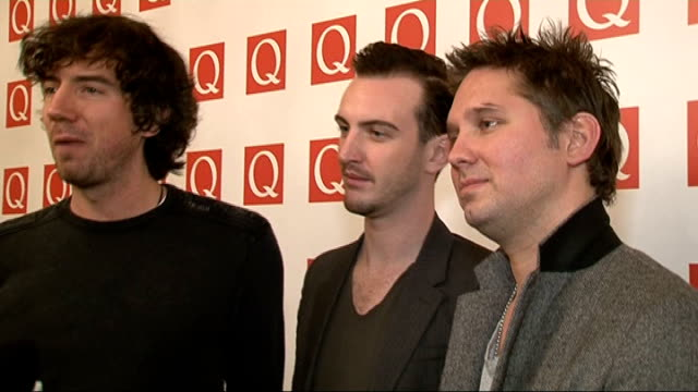 vídeos y material grabado en eventos de stock de q awards 2011 celebrity arrivals / winners room snow patrol posing for photocall with q classic song award for 'chasing cars' snow patrol speaking to... - snow patrol