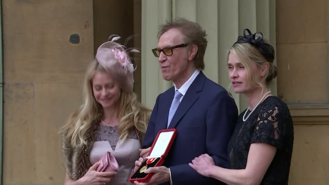 ray davies knighted by prince charles; england: london: buckingham palace: ext sir ray davies posing with his daughters davies holding award sir ray... - the kinks stock videos & royalty-free footage