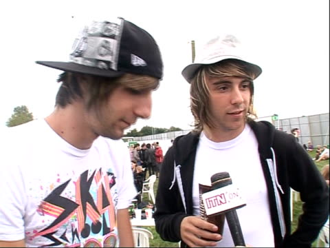 vídeos y material grabado en eventos de stock de reading festival 2008: band interviews; alexander william gaskarth and jack bassam barakat interview sot [includes vox pop with music fan wearing cow... - reading and leeds festivals