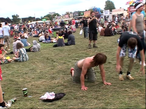reading festival 2008 band interviews ext festivalgoer performing headstand / festivalgoers forming human pyramid vox pops music fans - reading and leeds festivals stock videos & royalty-free footage