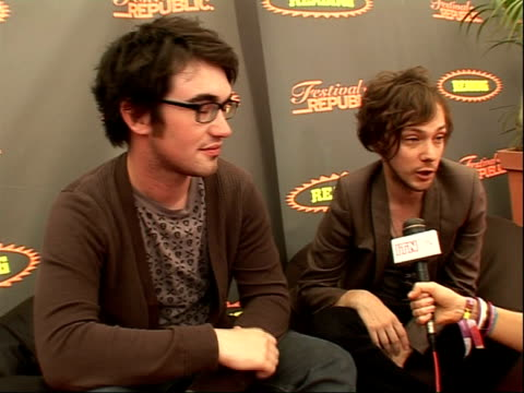 vídeos de stock, filmes e b-roll de reading festival 2008: band interviews; iwan griffiths and robin hawkins interview sot - on playing at reading festival / on being low on the bill /... - carling weekend reading festival