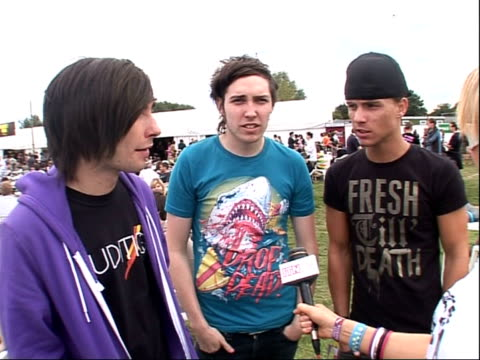 vídeos y material grabado en eventos de stock de reading festival 2008: band interviews; three unidentified members of you me at six interview sot - on their forthcoming album / on their style of... - reading and leeds festivals