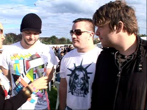vídeos y material grabado en eventos de stock de reading festival 2008: interviews with bands; festival goers silhouetted against sky members of does it offend you yeah interview sot - on performing... - reading and leeds festivals