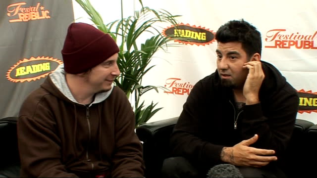 vídeos y material grabado en eventos de stock de reading festival 2009: deftones interview; deftones interview sot - on song-writing, lyrics / slipknot/korn tribute to cheng and hopefully having him... - reading and leeds festivals