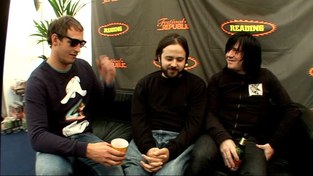vídeos y material grabado en eventos de stock de reading festival 2009: funeral for a friend interview; burrough being drunk funeral for a friend interview sot - never thought this would happen -... - reading and leeds festivals
