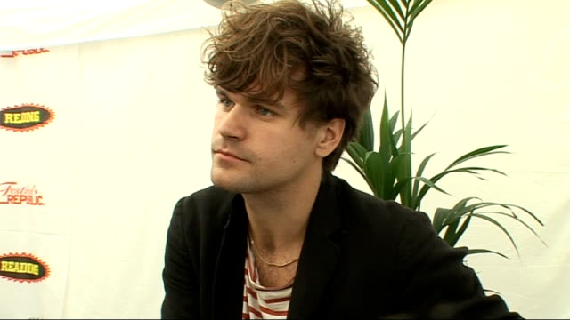 vídeos y material grabado en eventos de stock de reading festival 2009 jack penate interview jack penate interview sot how live performance is the most important thing for artists now / on florence... - reading and leeds festivals