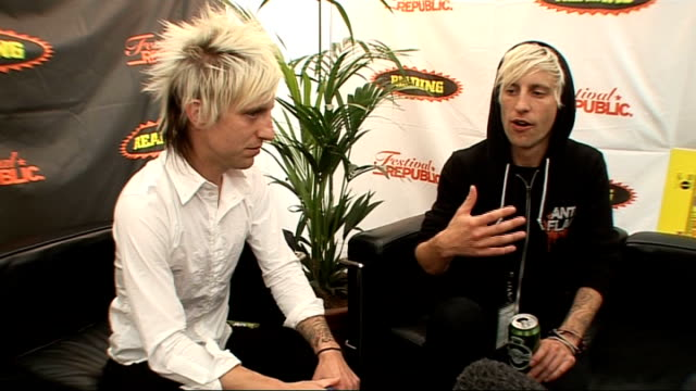 vídeos de stock, filmes e b-roll de reading festival 2009: madina lake interview; madina lake interview sot - on being brothers and their connection, playing football together - carling weekend reading festival